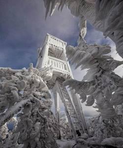 Diterjang Badai Gunung Javornik Berubah Jadi Kerajaan Es Spektakuler