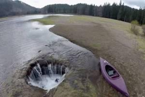 Misteri Lubang Misterius Penghisap Air Danau Lost Lake