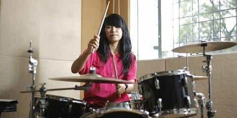 Grup Band Dengan Drummer Wanita Terkenal Terbaik Terhebat