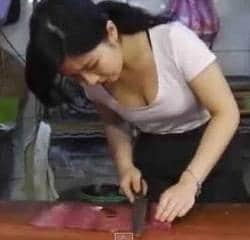 Wanita Penjual Daging Cantik Penuh Pesona dan Memikat